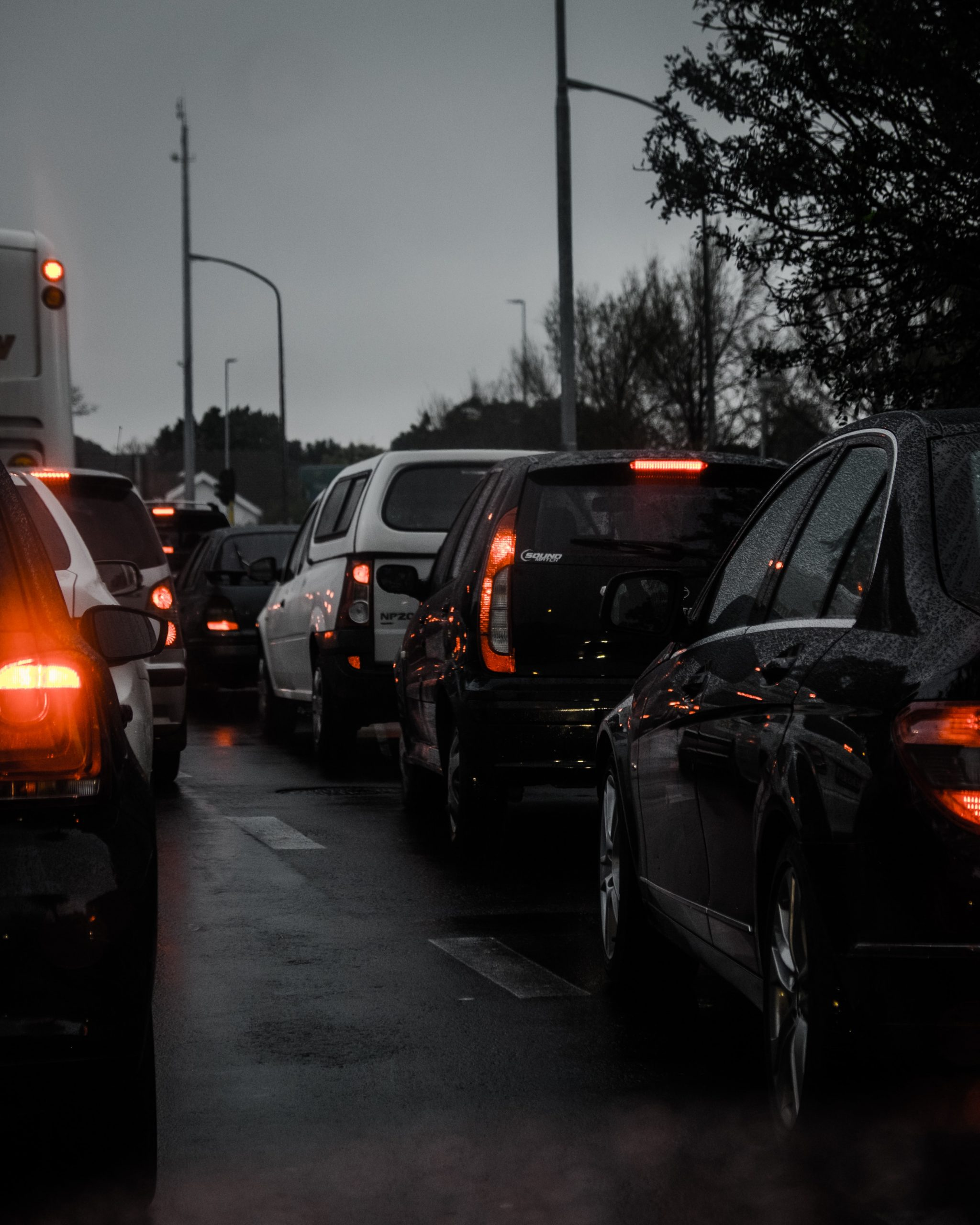 Cars are held up in traffic jams. Image showing that commuting on e-bikes does not have this problem.
